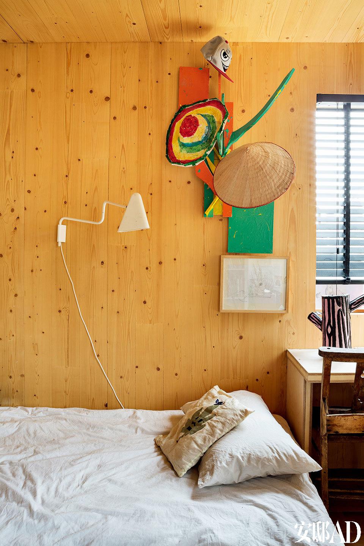 在孩子们的卧室里,墙上挂着故事插图和手册。白色壁灯是IKEA PS 2012,学校的老椅子被搬了回来,书桌上还摆着Richard Woods设计的Tree Trunk Base的原型。