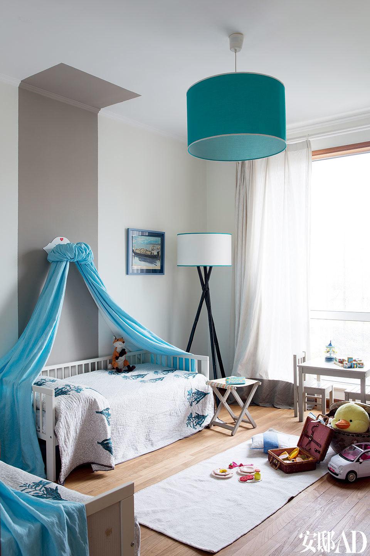 二女儿和小女儿的卧室用了粉蓝色,配合同色系的灯与画框,空间显得明亮生动。