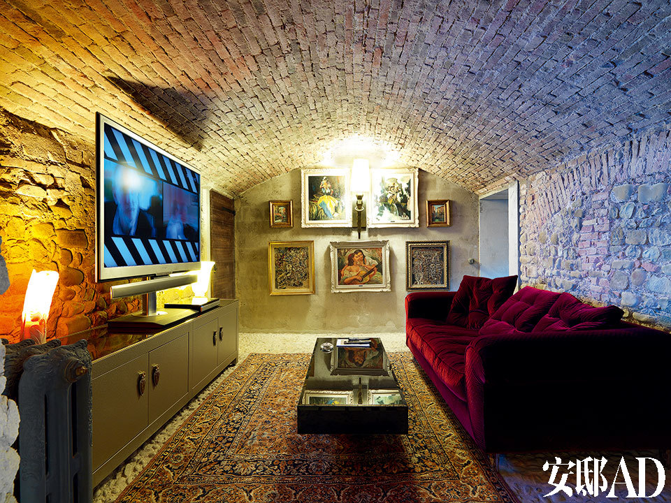 娱乐室摆放着由Samuele Mazza设计的Lavinia沙发、Zantas壁灯、Daydream茶几以及Locksley边柜。