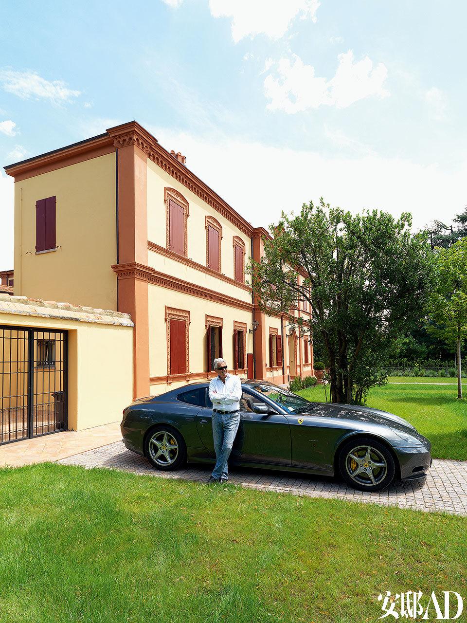 主人: 1959年,IPE Cavalli诞生于离Bologna不远的Zola Predosa,创建者是Cavalli家族的一对兄弟Pompeo和Vittorio。敏锐察觉快消市场的变动后,他们开创性地将聚亚安酯材料使用在了沙发、床和摩托车座椅上,结果大获成功。在上世纪70年代,家族的第二代继承者Luigi Cavalli不断推出新品,让品牌走向国际化。如今,品牌的第三代继承者、Luigi的儿子Leopold(董事总经理)和女儿Eleonore与父亲一同推出了华美、梦幻的高端家具品牌Visionnaire。主人LuigiCavalli在他的爱车法拉利跟前。