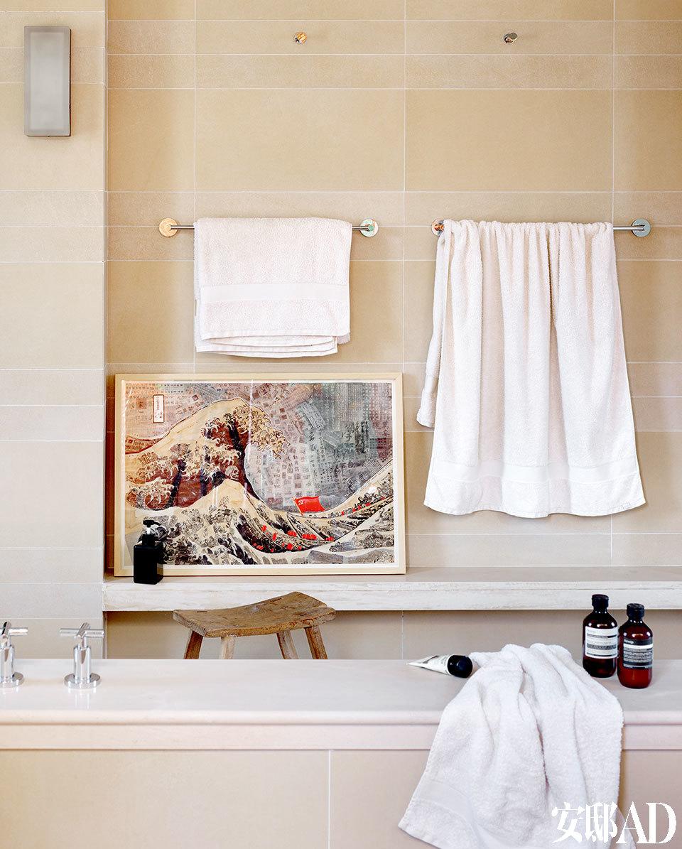 主浴室中,摆着一幅由XiaGe创作的《The Great Wave No.5》,购自Surge Art画廊。