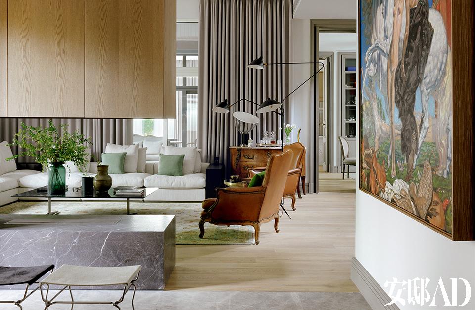 中性而优雅的质感,一切舒服而随意, 就连一道门框的镶嵌金属线,都是主人反复推敲的结果。从欧洲跳蚤市场淘来的老件沙发和边柜,仔细看有斑驳痕迹,甚至有些破旧,然而新旧搭配得宜使得这个大厅有种说不出的新古典质感。挂在进门玄关处的大幅油画,是张成喆平日闲暇时的练习作品。