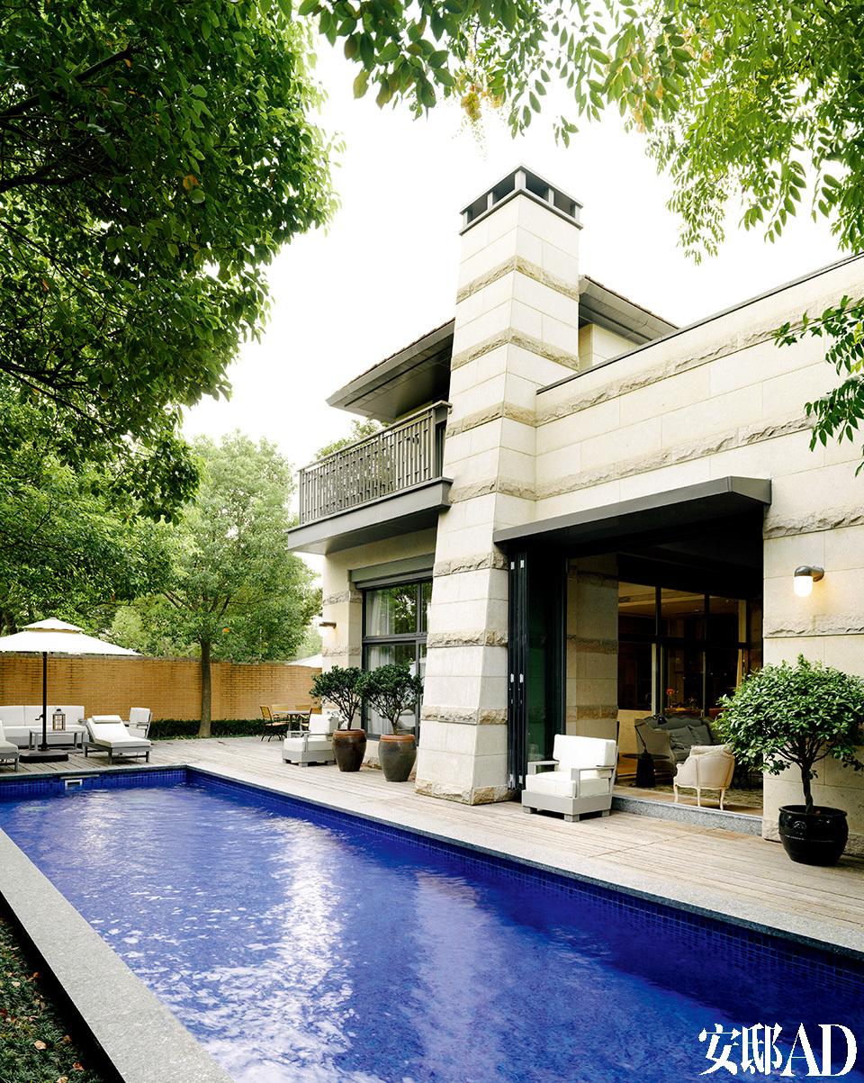 屋外的私人泳池是张成喆给太太Eva的礼物,他也经常坐在池边度过午后时光。
