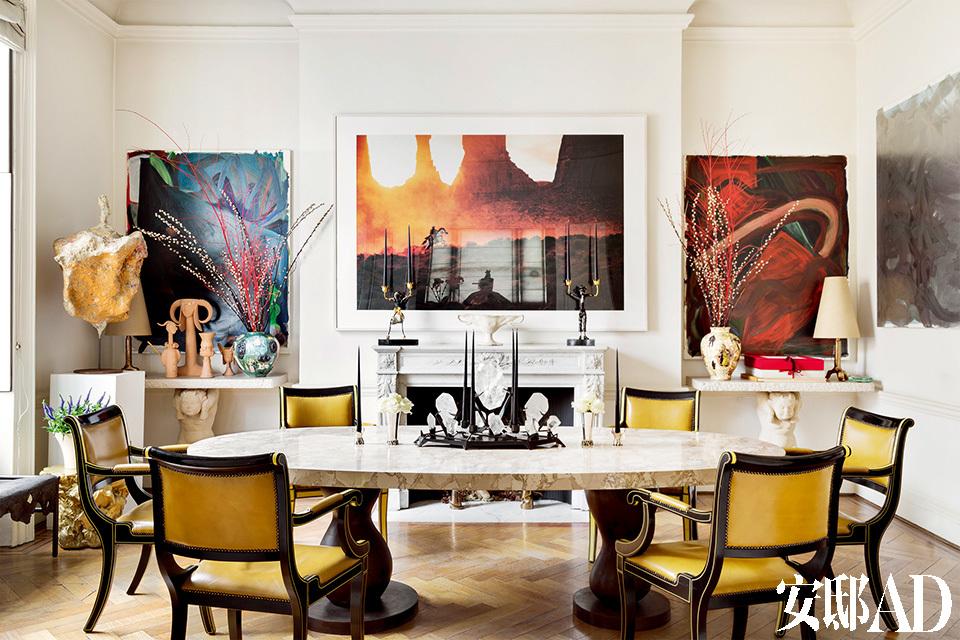 正式餐厅中,壁炉两侧带雕像的大理石搁板由Vadim Androusov设计于20世纪30年代,左侧的搁板上摆放着Grayson Perry设计的花瓶和Jean Cocteau创作的陶俑,白色立柱上的雕塑来自Franz West,右侧搁板上则摆着Grayson Perry设计的花瓶以及Garouste & Bonetti设计的台灯。壁炉两侧的画作均出自Josh Smith之手,壁炉上方的摄影作品则来自Richard Prince,摄影作品前的两只人形烛台来自Garouste &Bonetti,正是这个设计师组合参照独幕剧《莎乐美》设计了前方的椭圆形大餐桌。餐桌上的烛台来自Andre Dubreuil,6把20世纪50年代的餐椅出自Oliver Meisel之手。