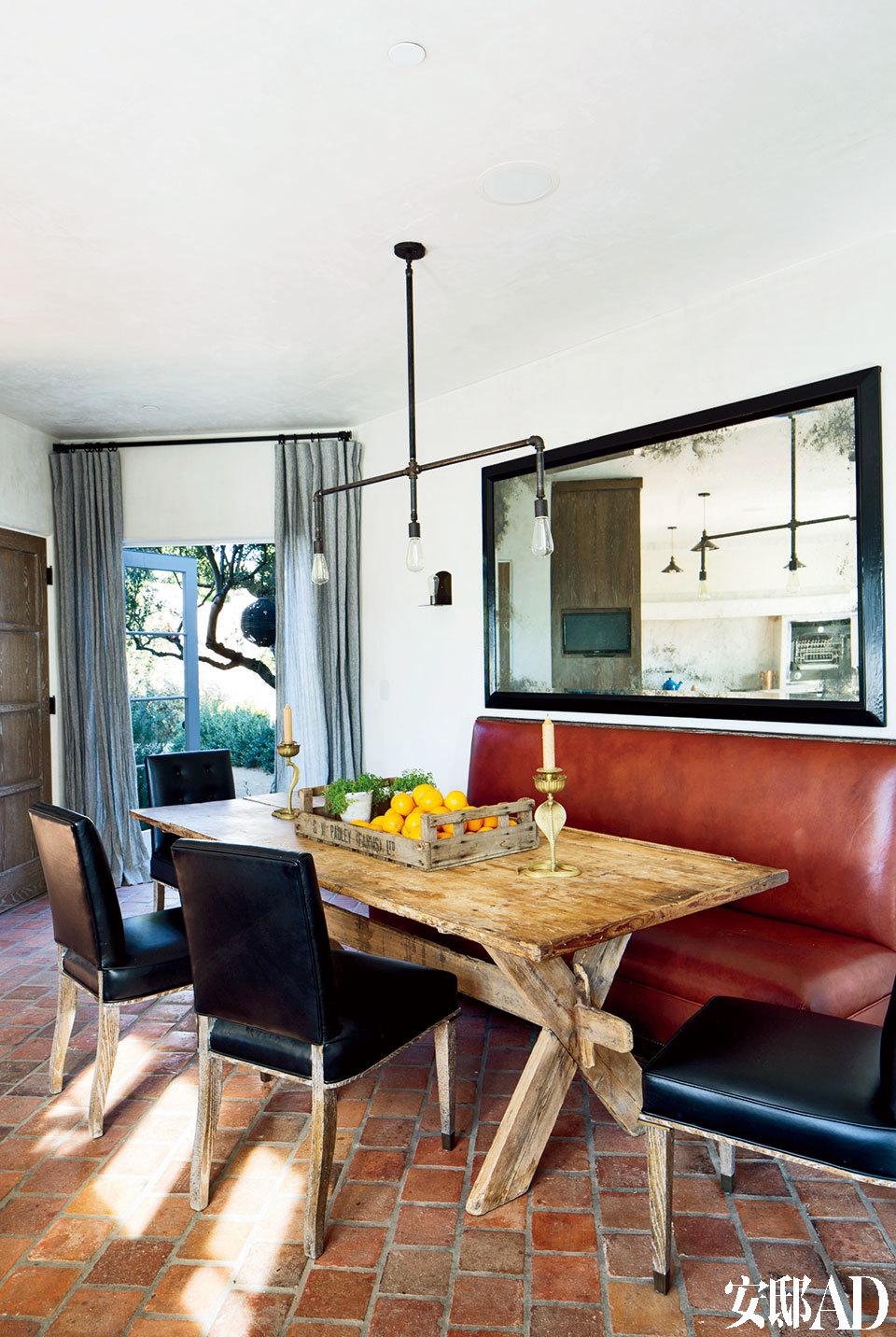 家中既有时尚、华美的大空间,也有这样简单、复古的小角落,因为生活中光鲜的兴奋点和温情的小片段兼而有之。Bullard设计的椅子采用了Moore & Giles的皮革,再搭配上旧木桌和复古的皮革长沙发座,成就了一个舒适的早餐区。