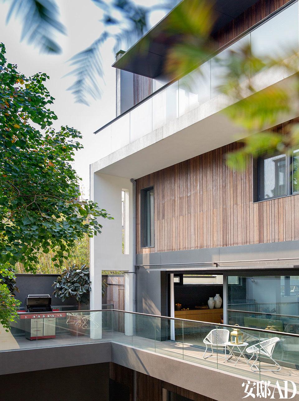 别墅的建筑立面颇为现代,主人并没有做太多改动。院子少不了的是一套美观好用的BBQ利器。