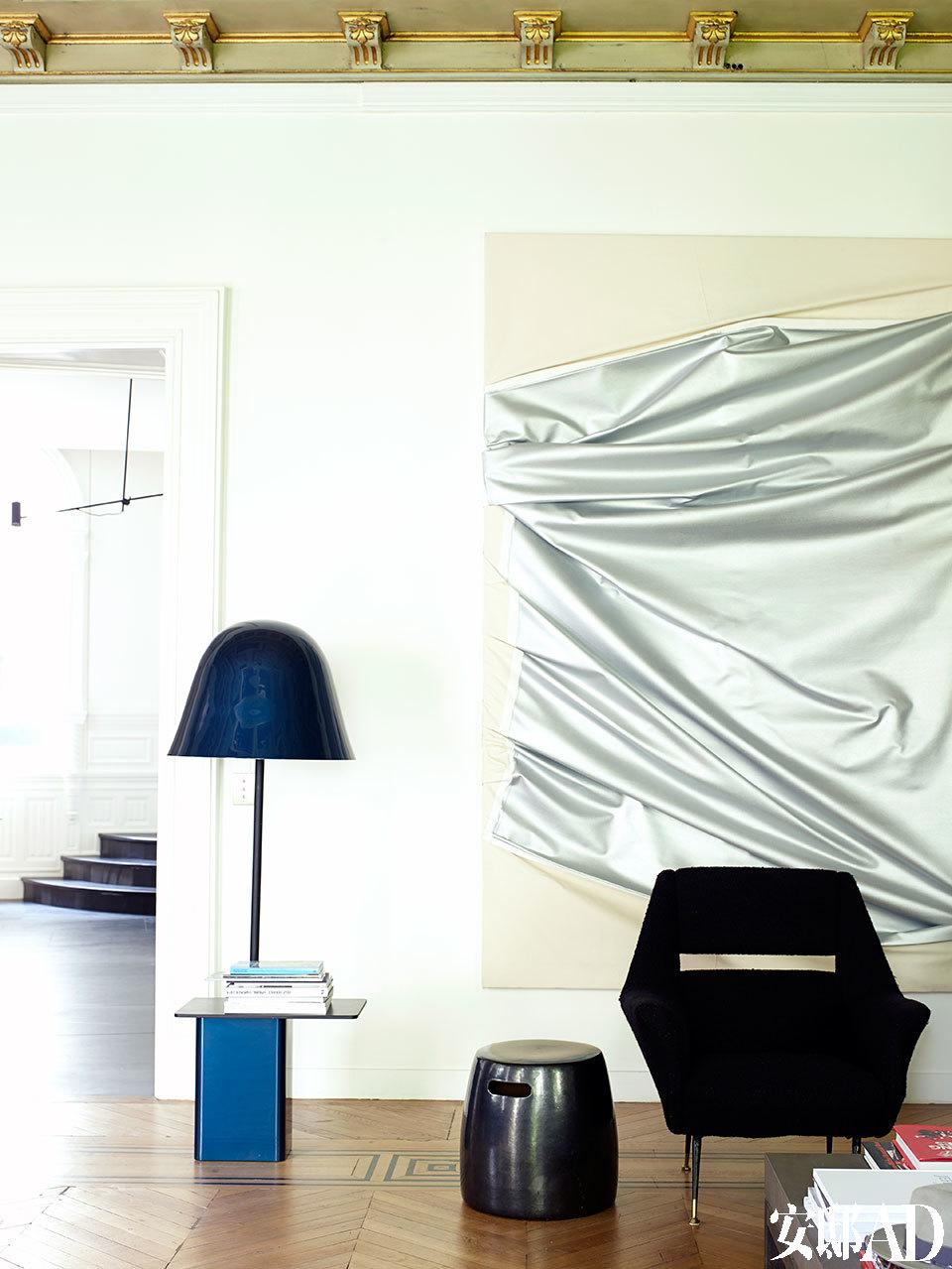 纵使家中的收藏品丰富得令人艳羡,主人仍然喜欢一切从简,打造出单纯的生活空间。客厅的一角,Bouroullec Brothers设计的落地灯Bell Lamp十分惹眼,墙上的艺术品Stephen Parrino创作,小圆墩是在巴黎Saint-Ouen跳蚤市场里淘到的。