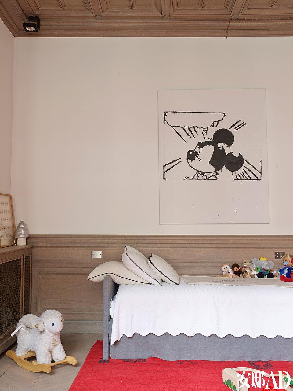 这间卧室属于家中最小的孩子,墙上的作品来自Gardar Eide Einarsson,红色地毯来自Marrakech。