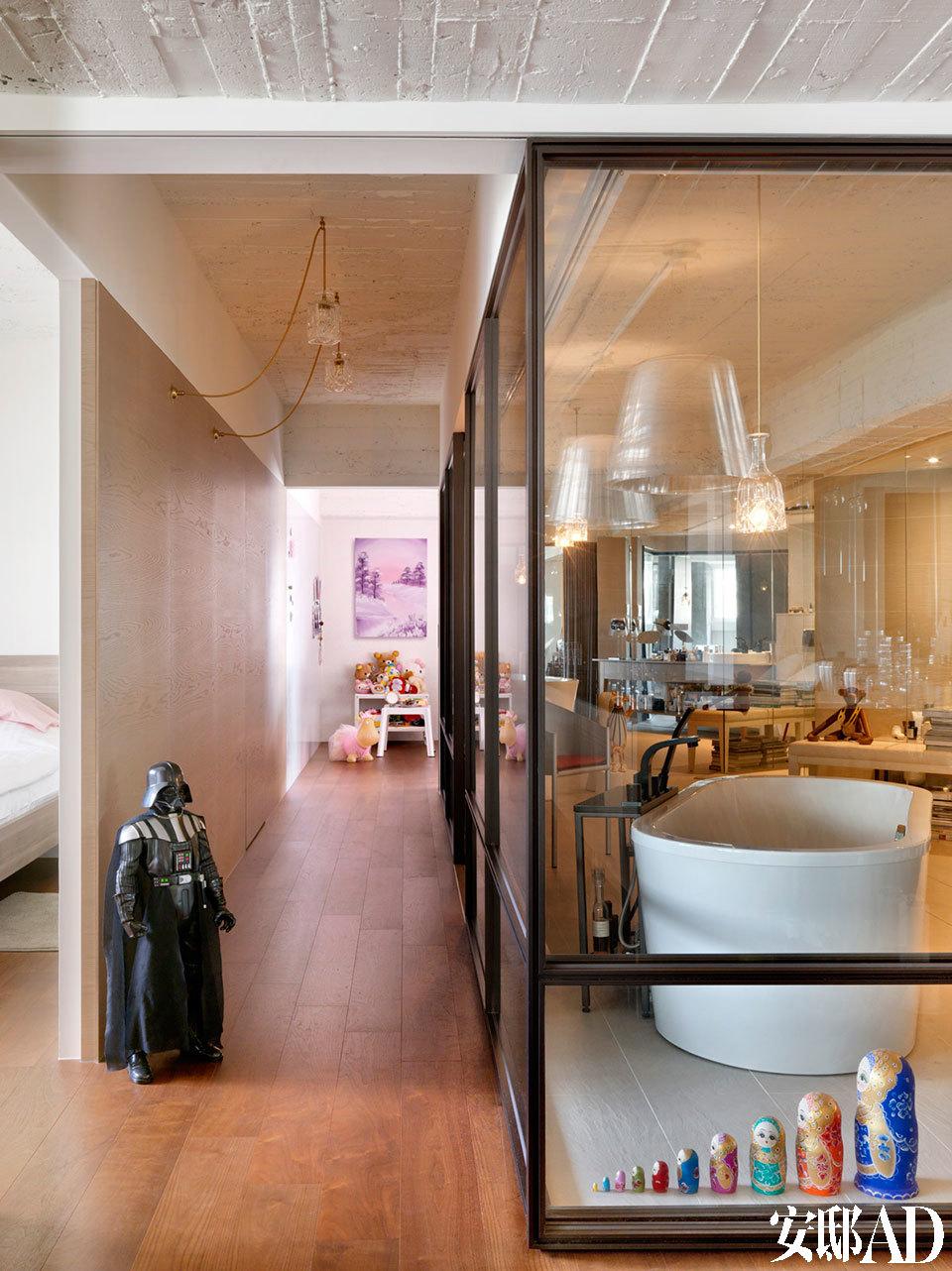 偌大的透明玻璃浴室竟有45平方米!不但能看到阳台上的花影,更能远眺到台北101的轮廓。走廊没有太多的装饰,3个房间的门皆隐藏于墙面中,使空间更纯粹。