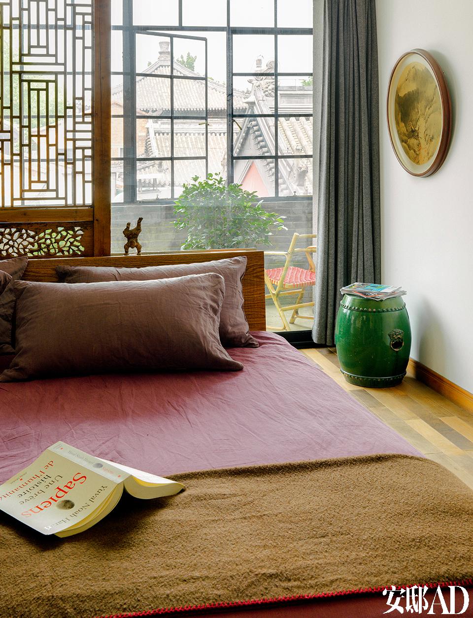 卧室的地毯是纯手工制作的,来自加德满都。墙上的水墨画是南京艺术家张晓夏的作品,这幅作品以前就有,但是没有挂起来。