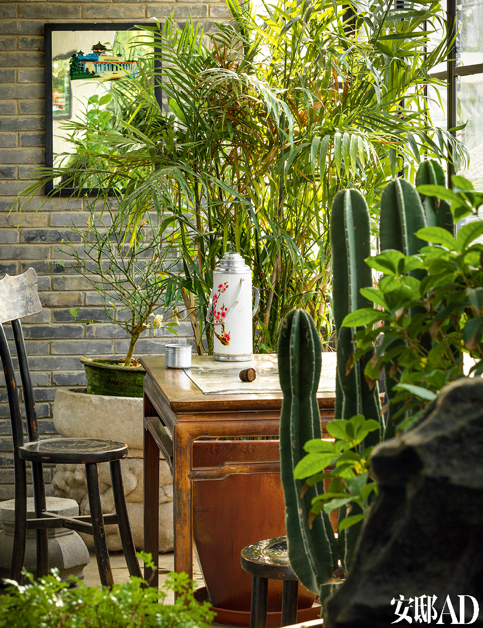 一层厨房的空间比较小,石质桌面的红木餐桌被摆放在阳台上,坐在这里喝茶倒也惬意。