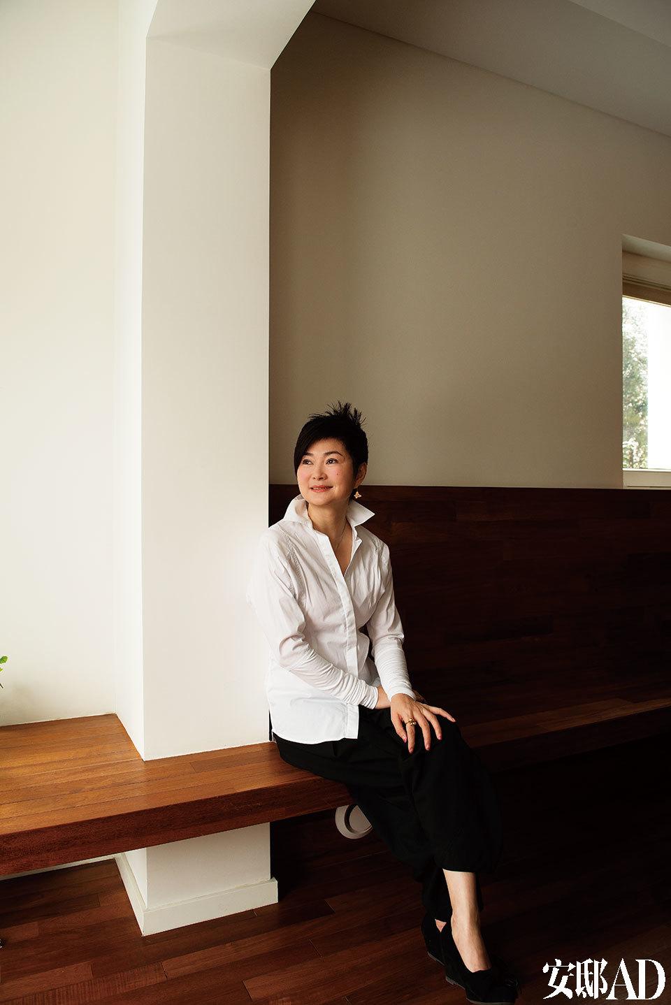 主人:陈俊华,出生于陕西,在汉剧演员双亲的调教之下,10岁起登台,15岁成为兰州军区文艺兵,19岁又进入东方歌舞团,后毕业于中国音乐学院研究生班。她是国家一级演员,擅于演唱民歌及地方戏曲,歌喉甜美、情真意切。她是中国民歌歌手中在维也纳国家音乐厅开演唱会第一人,也常应邀参加王昆、刘炽、施光南等老艺术家、作曲家的音乐会,还曾为多部电影、电视剧配唱主题曲,现已推出个人专辑《花开在春季》《华之韵》《山花烂漫》《渔舟唱晚》《回眸间那些时光》等。