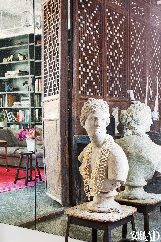 这座石膏雕像购于纽约的一家杂货店,正好用来展示韩枫在多年前设计的一条项链。