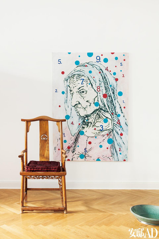 """德国艺术家Heribert C. Ottersbach的画作,一张明椅,搭起来也不错。对页 黄色墙上的画来自年轻艺术家吕松,下方是王书刚的铜雕作品,""""我们很喜欢他俩,王书刚是2013年德国雕塑大奖Ernst-Barlach的获得者。"""""""