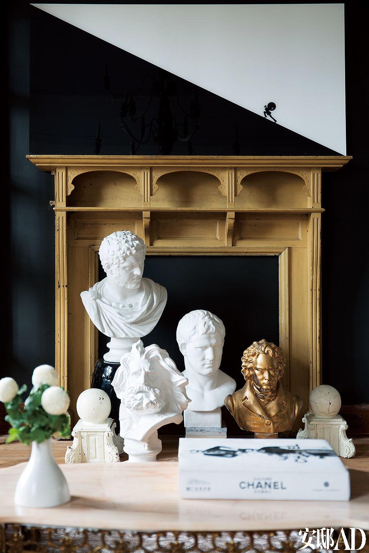 """特别为这面墙定制的壁炉实践了Baptiste""""小价格,大效果""""的设计手法,真正的奢侈永远不在于价格本身,而是物件如何为空间带来历史、回忆和情感。"""