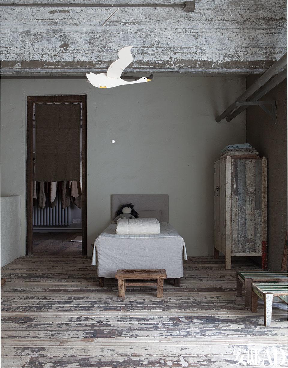 儿童卧室中,儿童床的床品、睡衣等均由植物染色、手工缝制,衣柜和地板均由旧木打造,刻意保留了已经斑驳的色彩。以上物品均来自无用品牌,窗前的老木凳和上方的天鹅形装饰挂件则是马可的藏品。儿童房的衣柜和地板均由旧木打造, 刻意保留的斑驳色彩上,叙说着淡淡的时光故事。