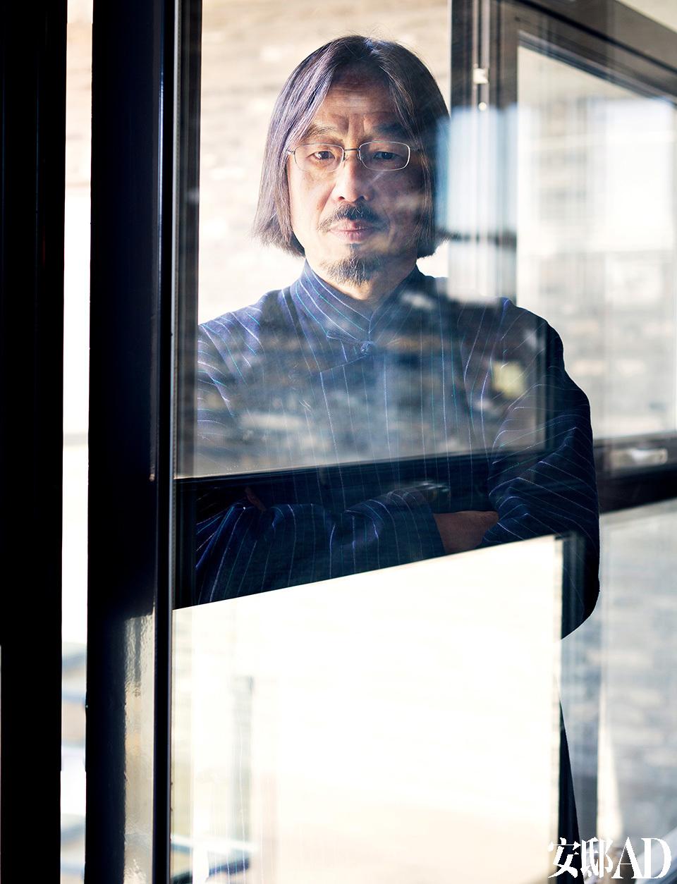"""主人: 黄锐,艺术家,中国当代艺术发展进程中不可忽视的人物。他在1979年发起的""""星星美展""""标志着中国当代艺术的发端。1984年,他东渡日 本,并开始了近20年的旅居生活。2002年,回到北京一年的黄锐搬入大山子798厂区。从引入第一家国际画廊到开办大山子艺术节,他提出了将文物为文化艺术所用、以文化保护文物的概念,保住了拆迁风波中的798艺 术区。而他将自己的家从798搬出来,在一片空地上建起了这个院子,一砖一板都有着各自的讲究。"""