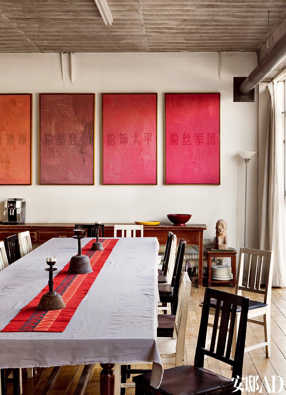 因为四季举办家宴,黄锐宅子的进门处就是一条长长的餐桌,这里时 常会几十人同时用餐。家中的装饰大多是黄锐自己的作品。