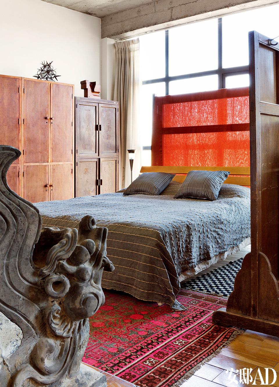 包括卧室在内的所有房间都没有太多装饰,偶尔有一些主人收来的旧货,但在房子里很节制,完全不破坏房间的完整线条。地上铺的是各路淘来的地毯。