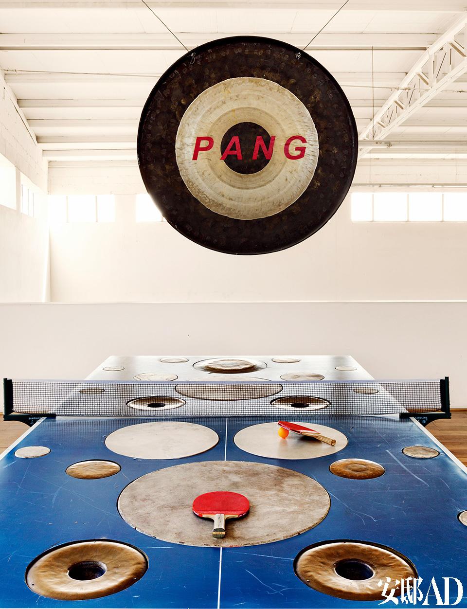 乒乓球台也是黄锐的作品,打起来声音宏亮,犹如敲锣打鼓。巨大的打乒乓用的球台,打起来声音洪亮,犹如敲锣打鼓一般。
