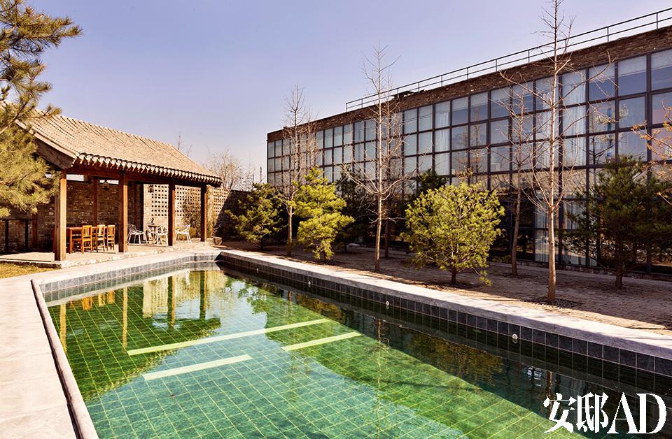 """游泳池边上有一个亭子,名为""""风婷""""。亭子的弧线接近唐代建筑,很雅致。"""