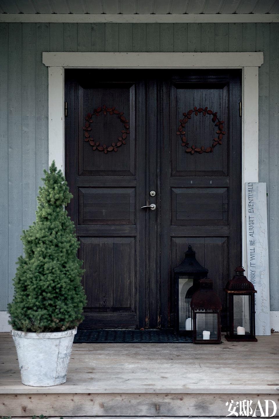 整栋房子的前门从屋外看是表面略显暗沉、无光泽的黑色,从屋里看却是光泽饱满的黑色。
