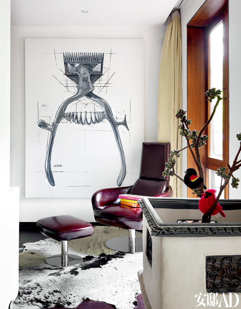 墙上的画作来自艺术家黄奎;画面前景的装置作品来自艺术家计文于。