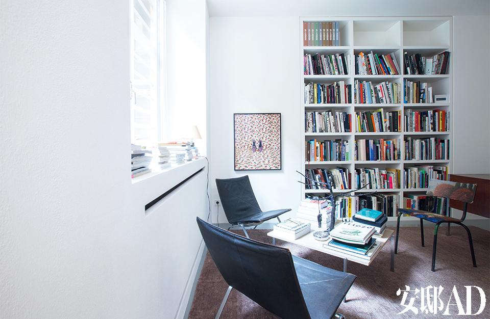 墙上挂着Annette Kelm的摄影作品,木头椅子上面绘着Amelie Von Wulffen 的彩色水粉画,单人椅和小桌几均出自设计师Poul Kjærholm 和Fritz Hansen。
