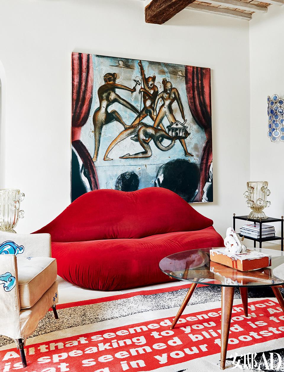 达利著名的红唇沙发,沙发两侧的边桌来自法国设计师Jacques Adnet(1901-1984)。沙发后侧悬挂的画作来自意大利艺术家Francesco Clemente。地毯由美国观念艺术家Barbara Kruger设计。咖啡桌来自美国室内设计师 Albert Hadley(1920-2012)。上面摆放的雕塑来自德国观念艺 术家Thomas Schütte。