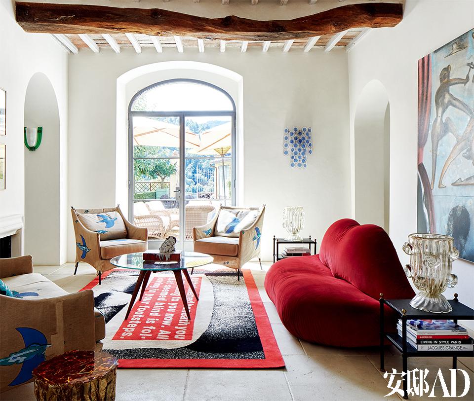 20世纪80年代,和沃霍尔等艺术家的交游大大拓展了夫妇俩的艺术眼界。珠宝设计师Suzanne Syz 位于意大利托斯卡纳卡普里岛上的度假屋里,藏有不少精彩的艺术及设计品,事实上,从20世纪80年代末起,Suzanne和丈夫就开始了他们的艺术收藏。