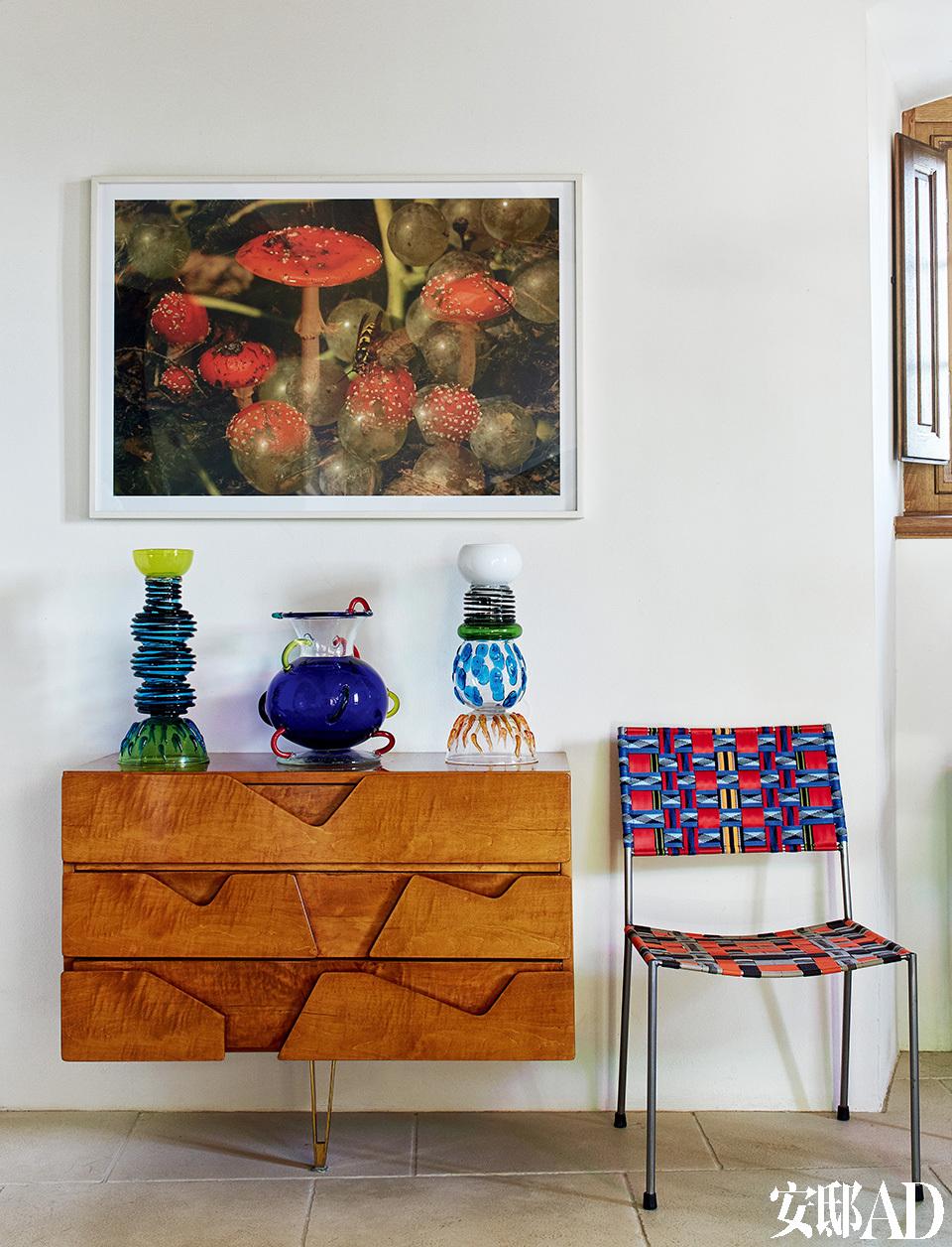 在艺术收藏上的品位,正如她设计的首饰,充满生命的灵动,不凝重,满是乐趣。 餐厅细节。工作台来自Gio Ponti,玻璃摆件由Ettore Stottsass设计,摄影作品来自瑞士艺术家Fischli/Weiss,座椅来自Franz West。