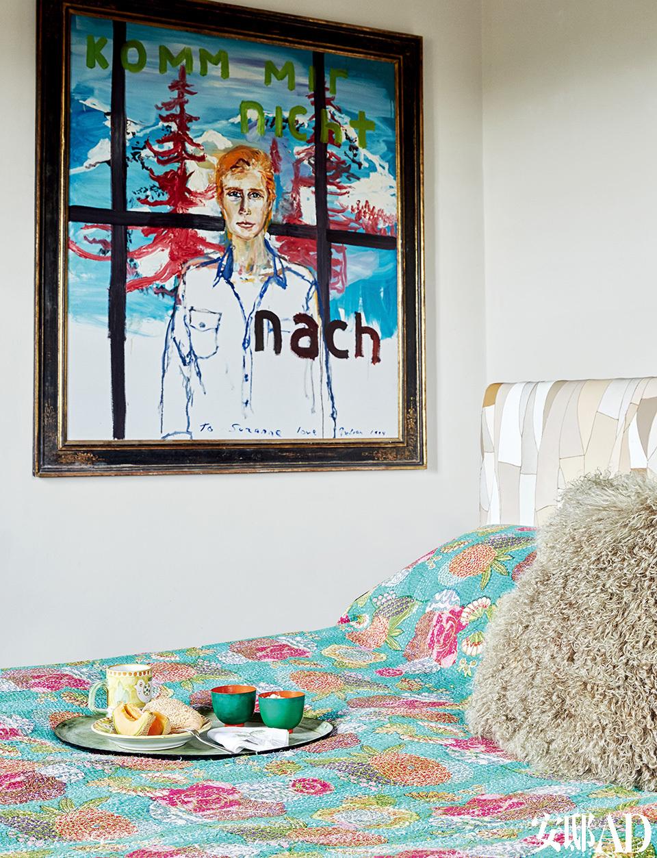 主卧悬挂的Suzanne Syz画像,由朋友Julian Schnabel创作。