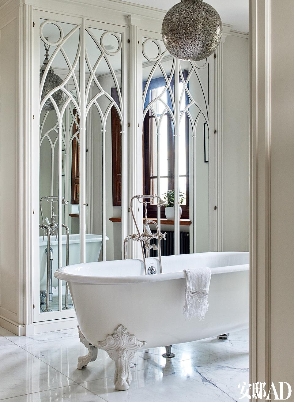主卧的浴室有古老的浴缸和大理石地板。