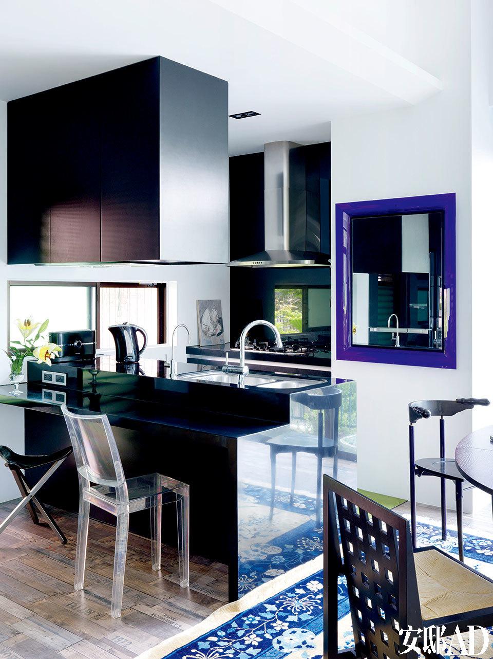 """黑色橱柜的设计皆是姚谦一手打造,镜子为Philippe Starck设计的""""Francois Ghost""""系列,Kartell出品。"""