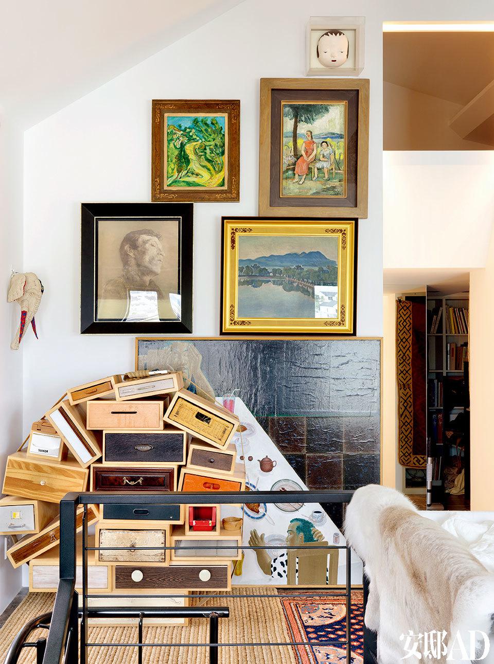 右边小门通往阁楼,上方的白色窗户为主卧室所在。墙面艺术品,上方为奈良美智作品,其下顺时针排序分别为苏丁、关良、毛焰、梅原龙三郎、Nyoman Masriadi的作品。左侧的大象头为川久保玲的作品。