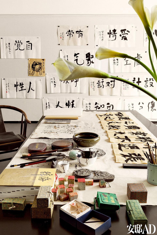 地下书房的桌面陈设着笔墨纸砚,墙上则挂满肖鲁写的字。她每天都会练一小时书法,开始中规中矩练颜体,后来会根据当天心情写两个字,字迹随性而有禅机。