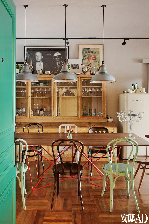 老家具有一种物质的厚重感,可以为空间增添浓浓的质感,这在新家具中是感受不到的。在餐厅里,Emeco海军椅与VintageThonet椅子是在纽约淘到的,餐桌是出自女主人的家乡新加坡的品牌Foundry Collection,Vintage工业吊灯和收纳玻璃与瓷器的Vintage木柜都来自英国的Andy Thornton店铺。