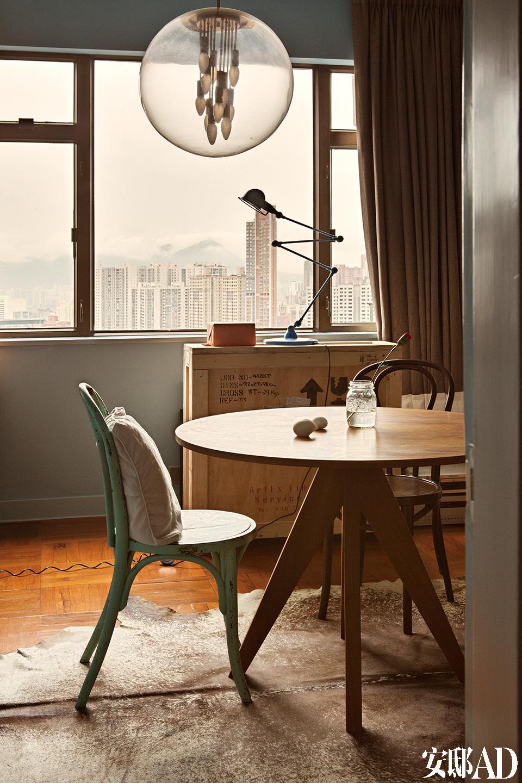 学习室,木桌来自土耳其设计品牌Autobahn,绿色古董Thonet椅子购自纽约布鲁克林。