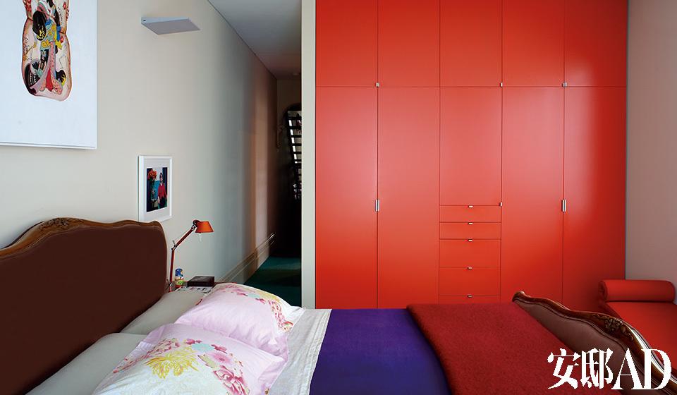 After 将原来的分体衣柜整合成一组顶到天花的组合衣柜,好似一整面红色墙体,实用而出挑。卧室中的法式古董大床装配了Sensuede的巧克力色靠垫,Kenzo床上用品来自香港连卡佛,床头灯是Artemide Tolomeo品牌。墙上的画是Julian Meagher创作的《女人和骨骼》。衣柜采用了Wattyl的Vivid Orange油漆。