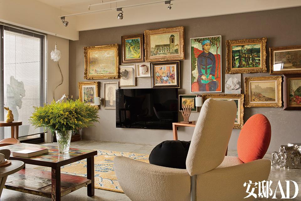 """客厅墙面挂满姚谦所收藏的艺术画作,其主题为""""亚洲西画史"""",包括越南艺术家黎谱、犹太裔法国画家柴姆·苏丁(Chaïm Soutine)、法国画家劳尔·杜飞(Raoul Dufy)、法国印象派画家莫里斯·郁特里罗(Maurice Utrillo)、以色列艺术家Aharon Kahana、中国艺术家张恩利、日本艺术家藤田嗣治和奈良美智以及中国艺术家毛旭辉等人的作品。"""