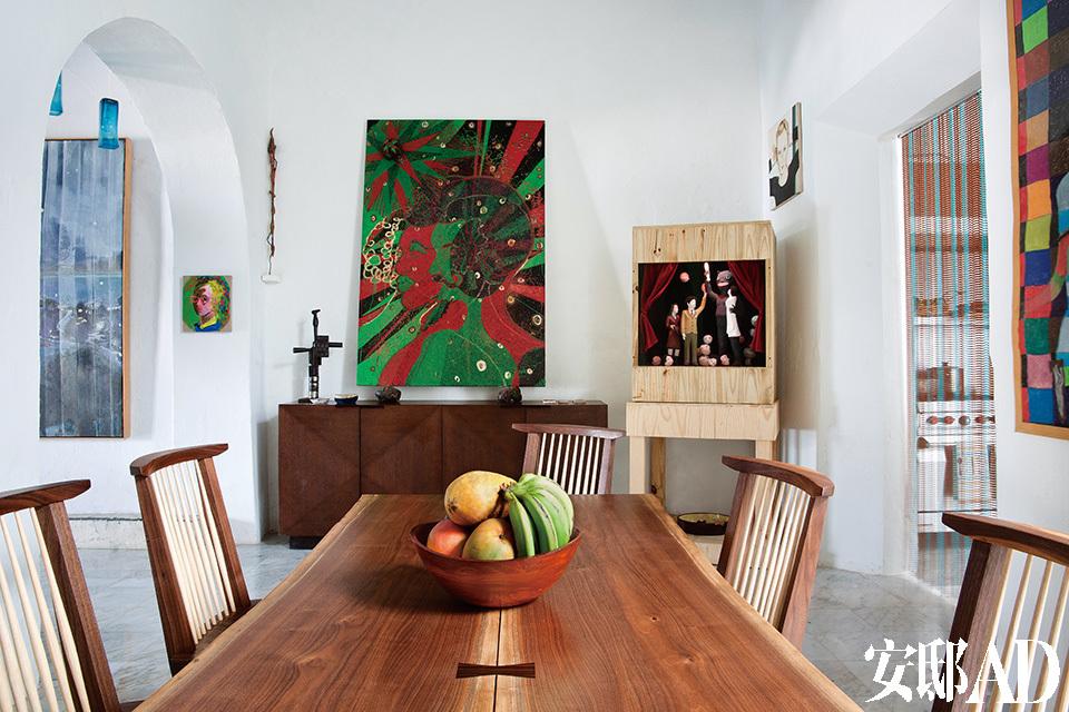 """中间是Chris Ofili的画作《The Kiss》,墙角是Marcel Dzama创作的名为《First Born》的立体画。""""收藏艺术品靠的是直觉,没有什么特定的规律可循。"""""""