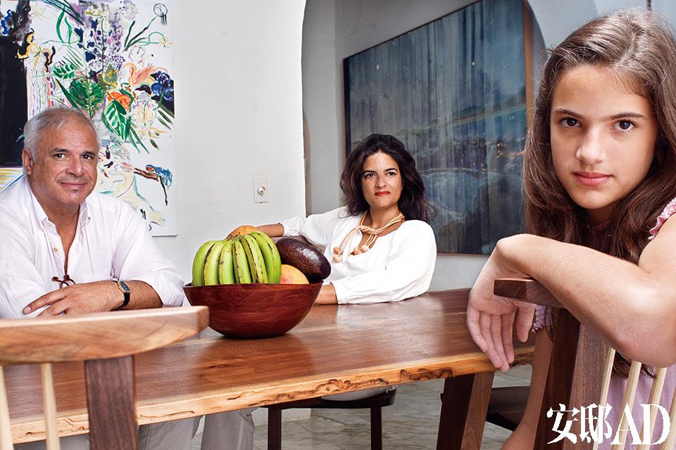 César Reyes,Mima Reyes以及他们的女儿Carola。他们身后是Emily Sundblad的画作《Lee Mcqueen's Wake》,右边是波多黎各风景油画,出自Peter Doig之手。主人: César Reyes是著名的精神病学家,曾在伦敦的Royal Betblem Hospital工作。上世纪80年代在英国读书期间就开始着迷于收藏艺术品。从购买知名艺术家昂贵的作品,到收藏年轻艺术家的作品直至和他们成为好朋友,他的妻子Mima也受感染,爱上了艺术收藏,现在连他们的两个孩子,Carola和César Alejandro也投入其中。也正因如此,他们按照自己的直觉收集了庞大的艺术品系列。