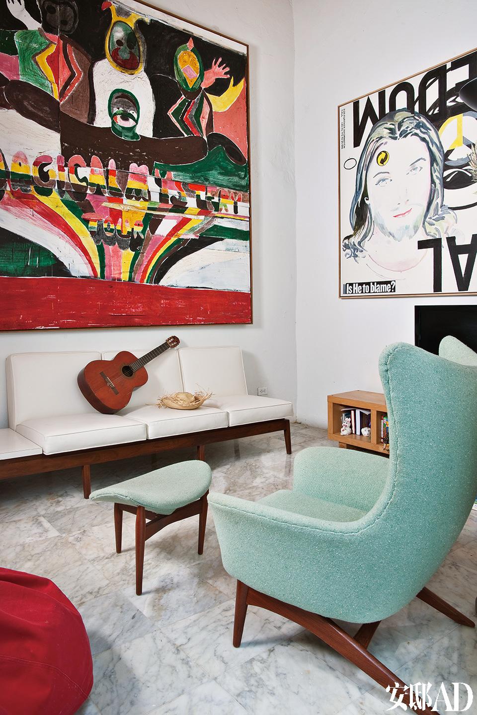 起居室内的组合家具是电影《The RumDiary》的拍摄道具,这部电影由Johnny Depp主演,取景就在波多黎各。房子女主人Mima在一个特别卖场上淘回了这套组合家具。
