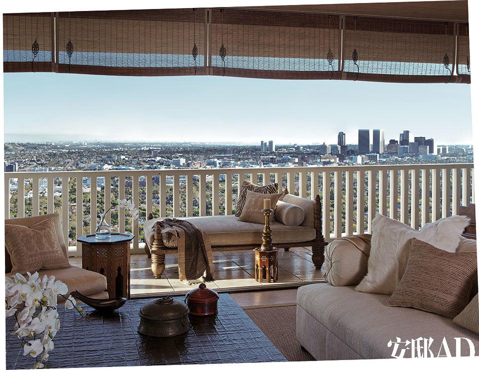 宽大的阳台让洛杉矶繁华的都市街景尽收眼底,对比屋内超凡出世的印度风情,绝顶穿越! 雪儿说自己坐的时候总喜欢把脚也搭上来,所以沙发必须有又大又深的座位,而一张异域风情的卧榻躺椅则更是符合她慵懒妩媚的风格。躺椅面料来自Summi。