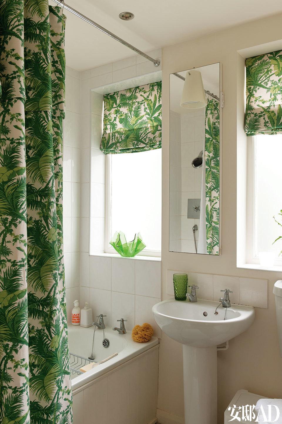 浴室中的窗帘和防水浴帘等面料来自Bennison品牌。