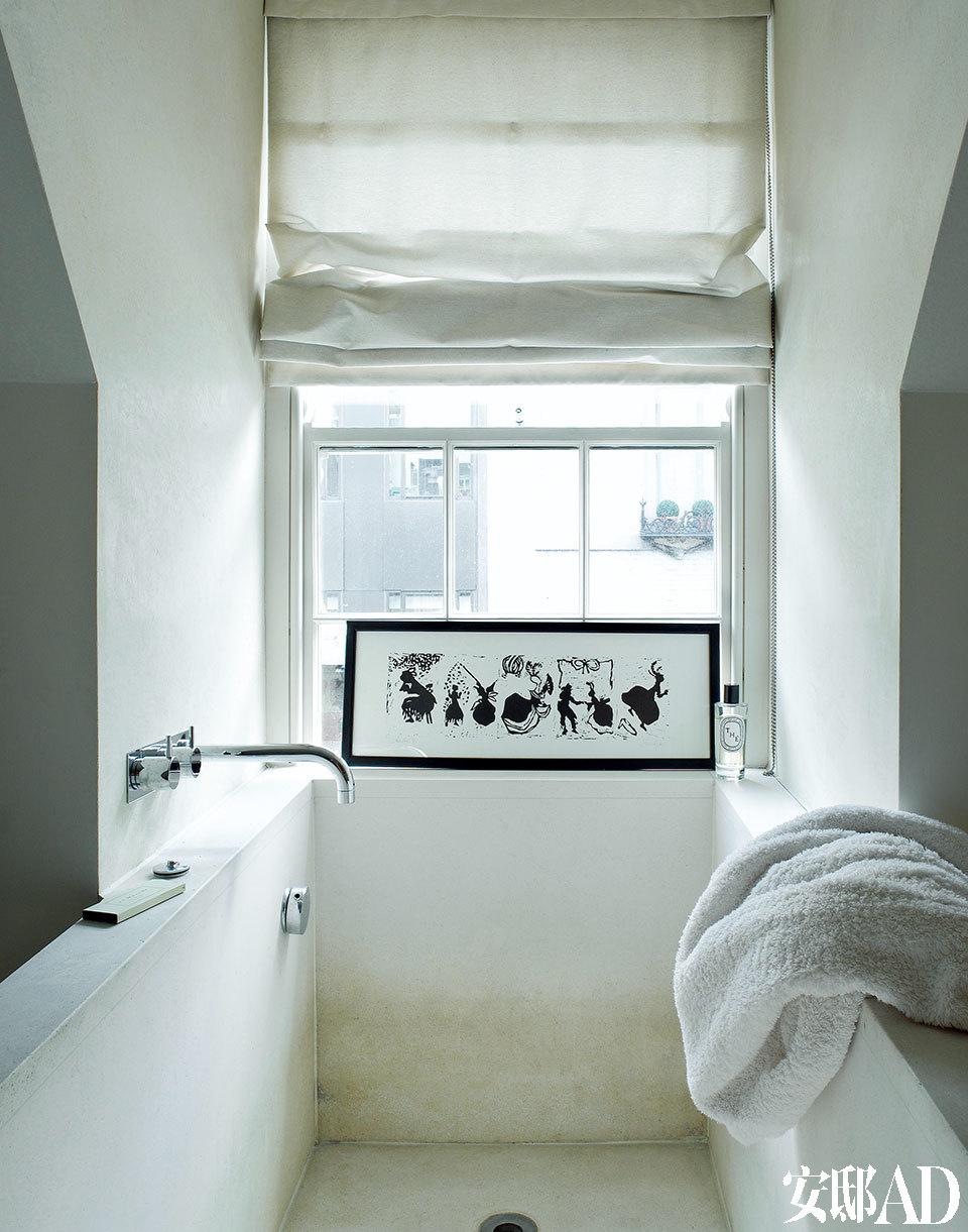 楼上浴室中的石灰岩浴缸是John为这个家量身定制的,女儿的画作成了沐浴时最俏皮、温暖的陪伴。浴室中的石灰岩浴缸,窗边的画作出自他的女儿、设计师Simone Rocha之手。
