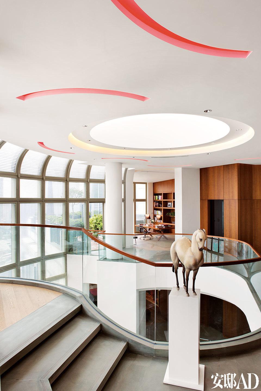二、三层之间被打通,来自落地玻璃窗和天顶的阳光让整个空间更显大气敞亮。马雕塑是王瑞林的作品。