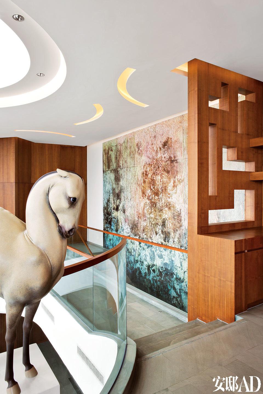 从三层小休息区内也能欣赏到楼梯旁的壁画作品。