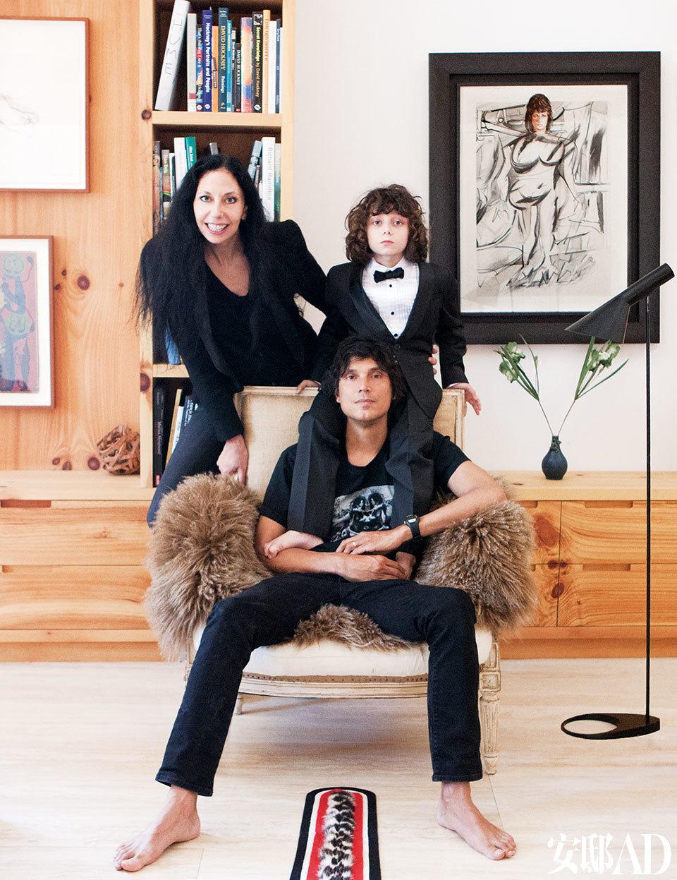 主人的全家福肖像。原木作底,艺术点睛,当今最炙手可热的时尚摄影师Inez van Lamsweerde和Vinoodh Matadin在纽约的家就这样脱颖而出,既实用又富有诗意,轻松超越了那些千篇一律的Loft公寓。