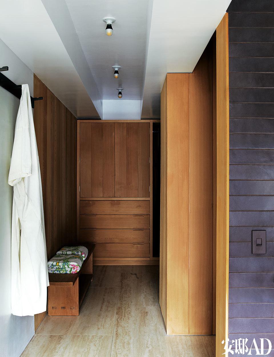 墙面和衣帽间的储物柜也是红雪松木材质,浴巾购自D.Porthault。